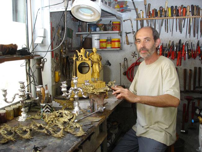 Alain Bellino et un poste de l'atelier de réparations