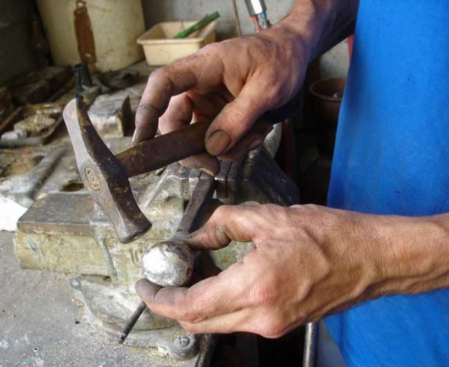 Débosselage au marteau et à la recingle