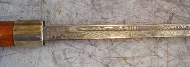 La lame de la canne épée est gravée à l'acide