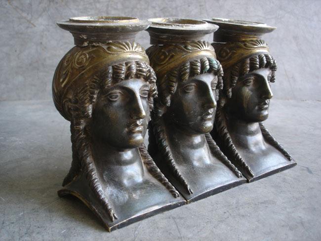La dorure et la patine de ces bronzes sont très usées