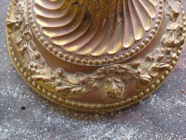 L'usure de la dorure laisse apparaitre le cuivre galvanoplastique.
