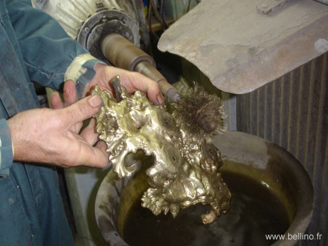 Gratte bossage du socle en bronze