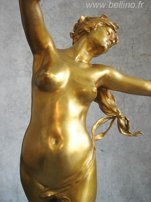 Le buste de la statue après restauration