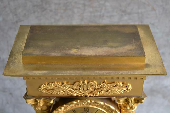 Dessus de la pendule en bronze doré avant nettoyage