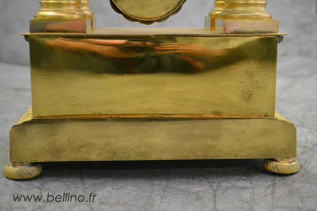 Arrière du socle de la pendule en bronze doré après restauration