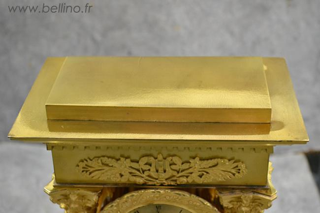 Le dessus de la pendule en bronze doré après nettoyage