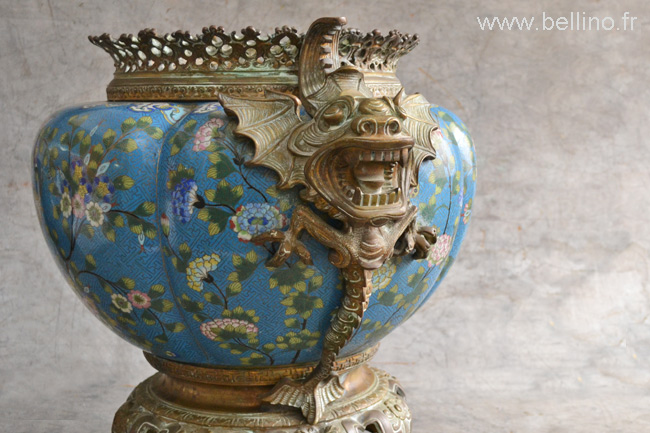 Un des dragons du cache pot en bronze