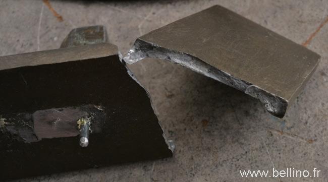 Le socle de la sculpture de Janle est cassé