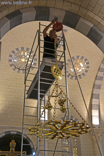 Accrochage du lustre en bronze