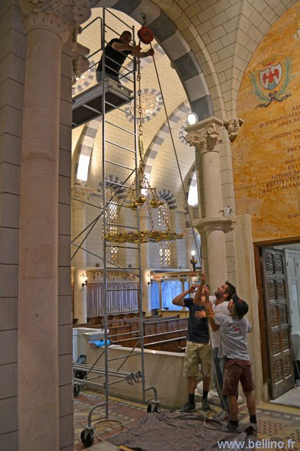 Repose du lustre de la chapelle du séminaire de Nice