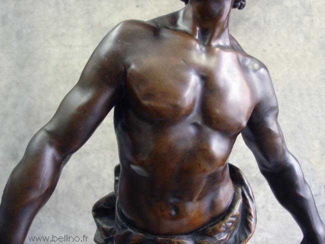Retouche de la patine des bras de la statue en régule