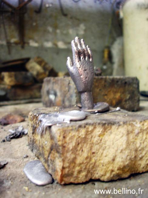 La main de la sculpture après démoulage