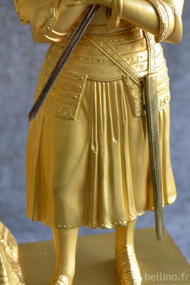 Le fourreau restitué sur la pendule en bronze doré Jeanne d'Arc